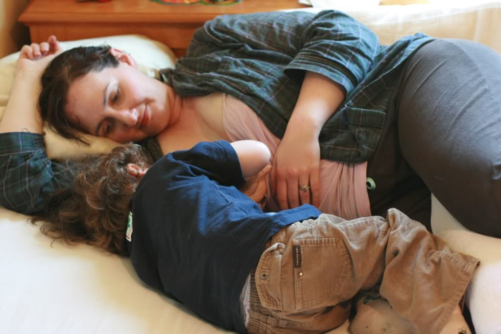 Side-lying nursing: A breastfeeding tutorial to give you more sleep = Hobo Mama